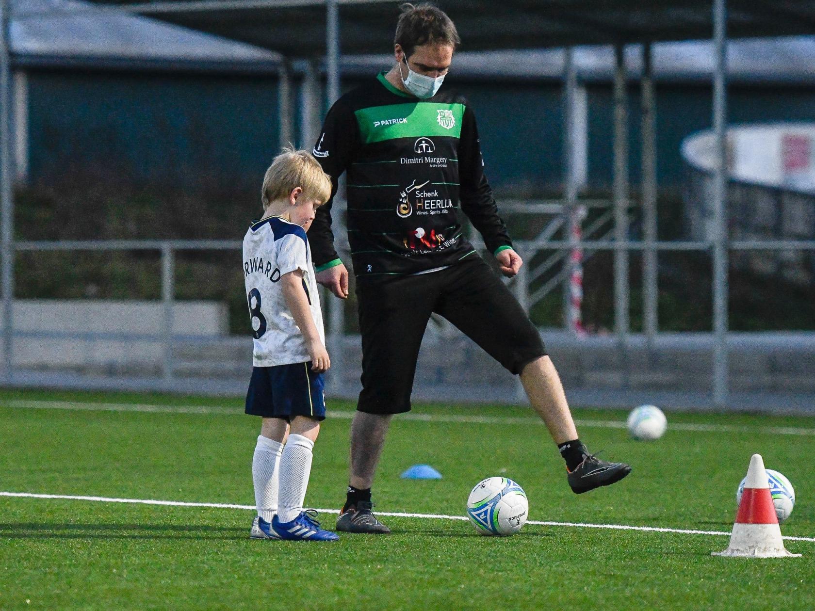 Maarten voor de gelegenheid als trainer, geeft voetbaltips